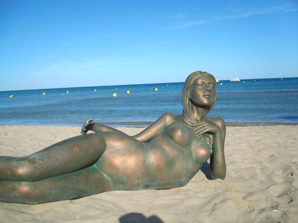 Nude women legs open