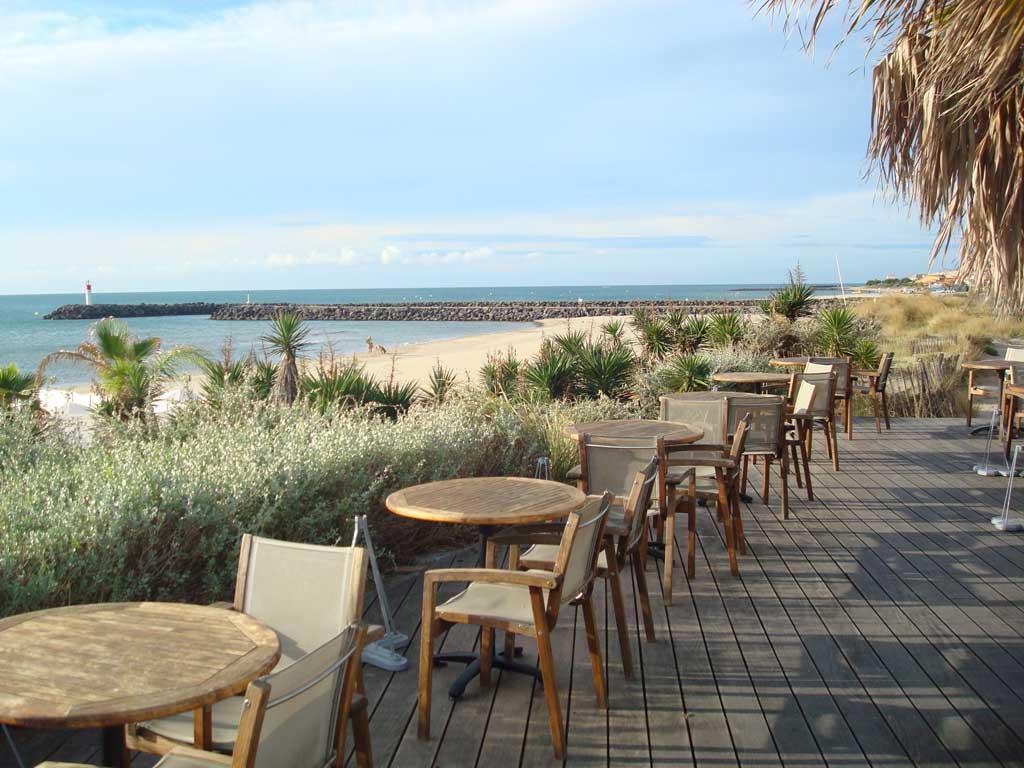 Une terrasse au bord de la plage du Cap d'Agde