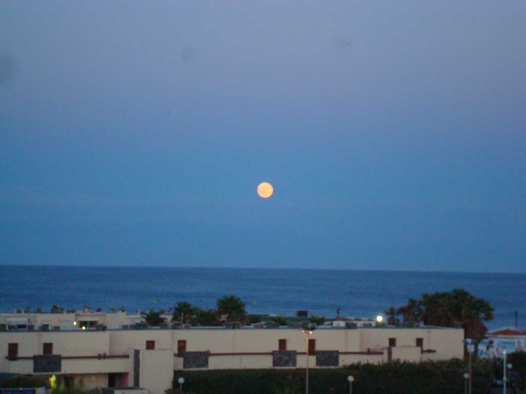 La lune vue du balcon Les Marquis