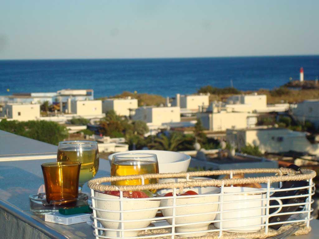 Petit déjeuner sur le balcon Les Matelots